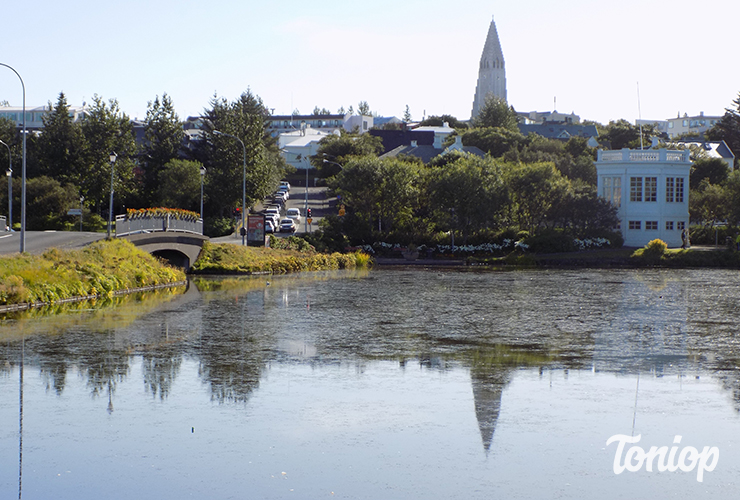 lac reykjavikurtjorn, église Hallgrimskirkja